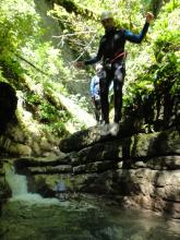 saut dans la cascade d'Angon