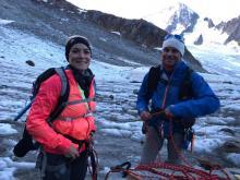Alors que le jour se lève, on prend pied sur le glacier du Tour, on chausse les crampons et on s'encorde.