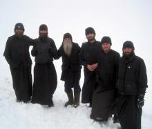 Et ses moines.