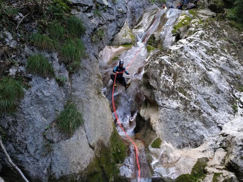 Des toboggans rafraîchissant, l'eau est claire dans le canyon de Montmin !