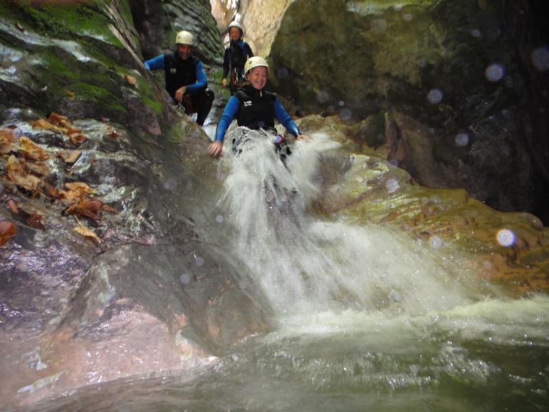 dans l'eau du canyon